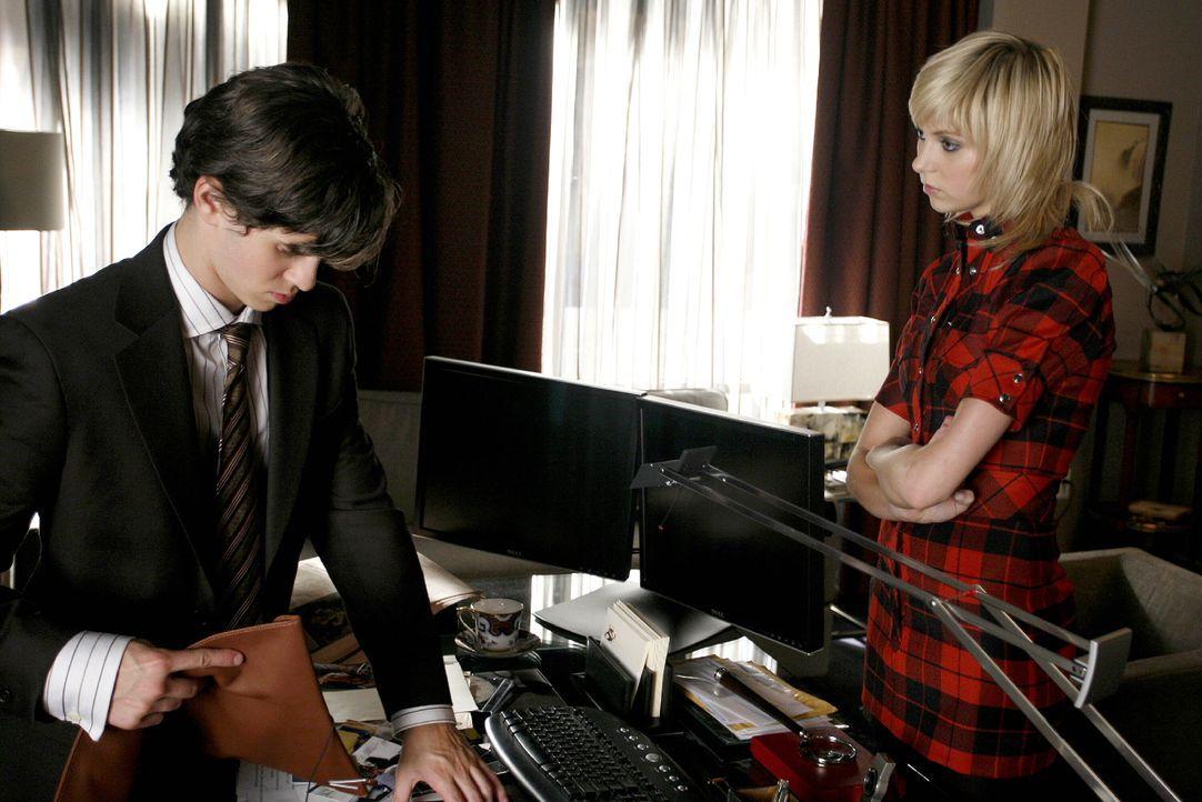 Nachdem Eric (Connor Paolo, l.) seine Akte in Barts Tresor gefunden hat, erzählt er es sofort Jenny (Taylor Momsen, r.) ... - Bildquelle: Warner Brothers