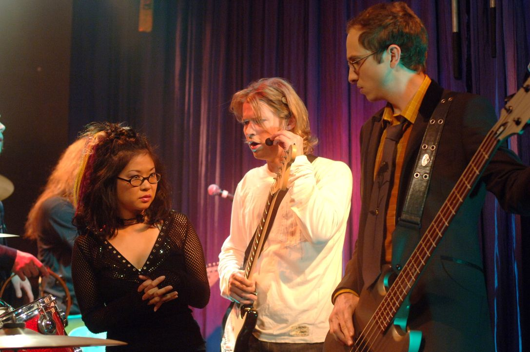Lanes (Keiko Agena, l.) Band (v.l.n.r.: Todd Lowe, John Cabrera) hat endlich ein Demokonzert. Doch während des Konzerts kommt es zu einem heftigem S... - Bildquelle: Copyright Warner Brother International Television