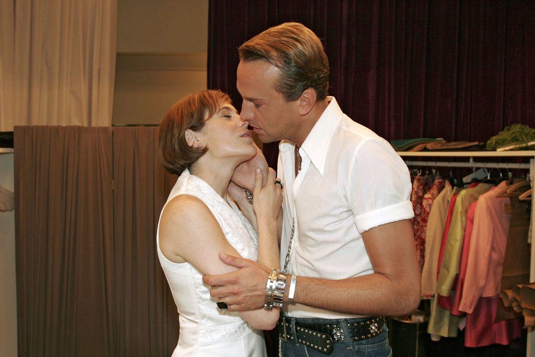 Britta (Susanne Berkhemer, l.) muss Hugo (Hubertus Regout, r.) einfach küssen. - Bildquelle: Noreen Flynn SAT.1 / Noreen Flynn