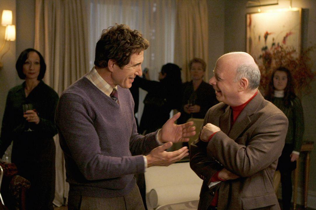 Eleanors Exmann Harold (John Shea ,l.) und ihr neuer Freund Cyrus (Wallace Shawn,r.) scheinen sich gut zu verstehen ... - Bildquelle: Warner Brothers