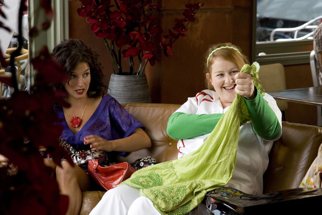 Nienke (Eva van der Gucht, r.) zeigt Stella (Katja Schuurman, l.) ihren Spontankauf - die legt ihr nahe, das Kleid wieder zurückzubringen ... - Bildquelle: SBS/Elvin