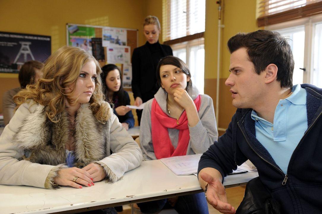 Caro (Sonja Bertram, l.) halt Timo (Rocco Stark, r.) vor, dass er nicht für Sophie da war ... - Bildquelle: SAT.1