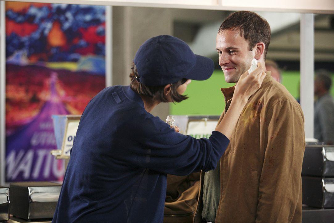 Eli (Jonny Lee Miller, r.) macht Bekanntschaft mit seiner sexy Vision (Katie Holmes, l.) und kann es kaum glauben, dass sie real ist ... - Bildquelle: Disney - ABC International Television