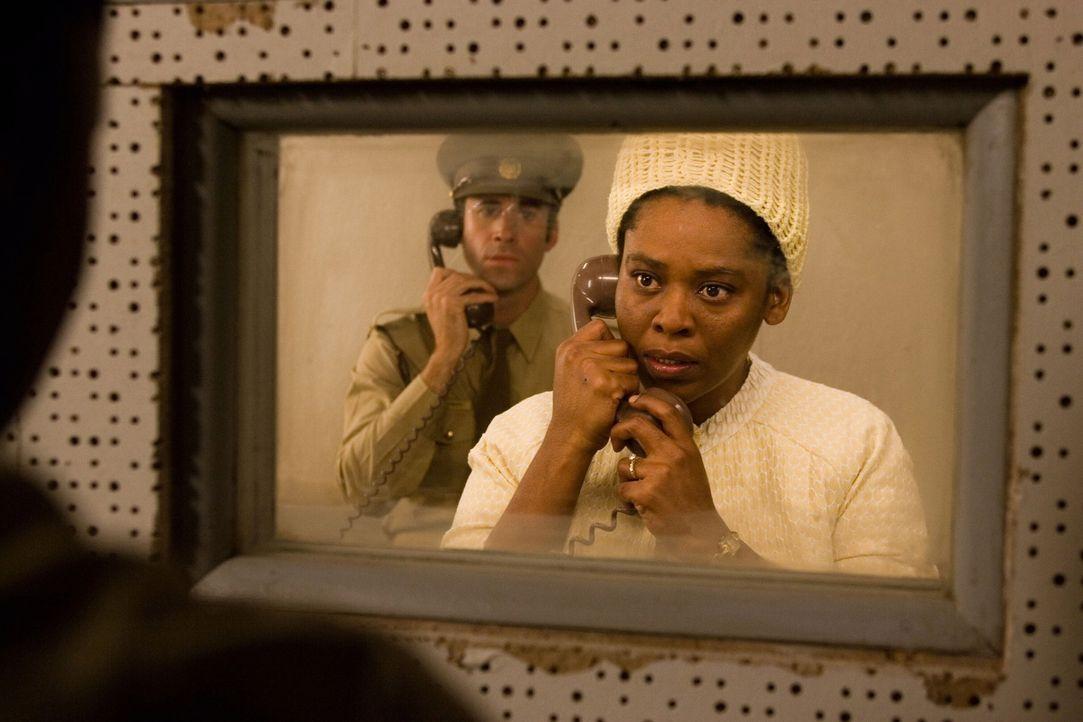 Als Kind hat James Gregory (Joseph Fiennes, hinten) den Dialekt der Xhosa gelernt. Dies kommt ihm nun zugute um seine Gefangenen und dessen Familien... - Bildquelle: Warner Brothers International Television Distribution Inc.