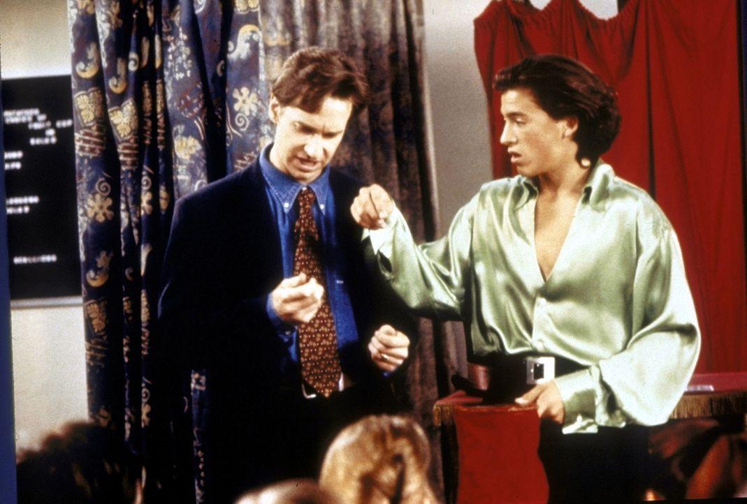 """""""Magic Joel"""" (Andrew Keegan, r.) ist ein Schüler der Oberstufe, bei dem Sabrina Assistentin für Zauberei wird. Doch auch Mr. Pool (Paul Feig) muss... - Bildquelle: Paramount"""