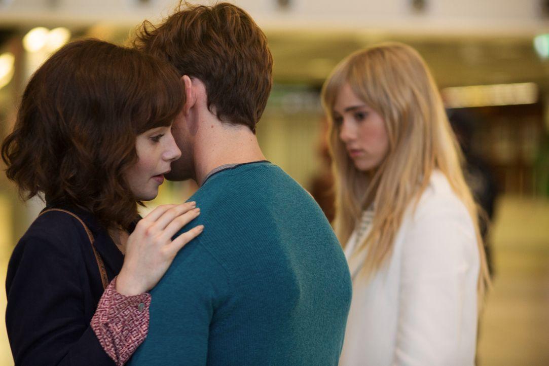 Eigentlich möchte Rosie (Lily Collins, l.) Alex (Sam Claflin, r.) endlich ihre Gefühle gestehen. Doch erst ist er mit Sally verlobt und danach kommt... - Bildquelle: Constantin Film Verleih GmbH