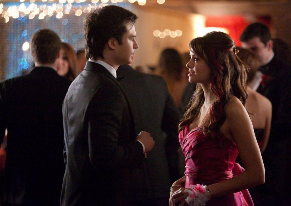 Damon (Ian Somerhalder, l.) macht die Gefühlskälte von Elena (Nina Dobrev, r.) zu schaffen ...