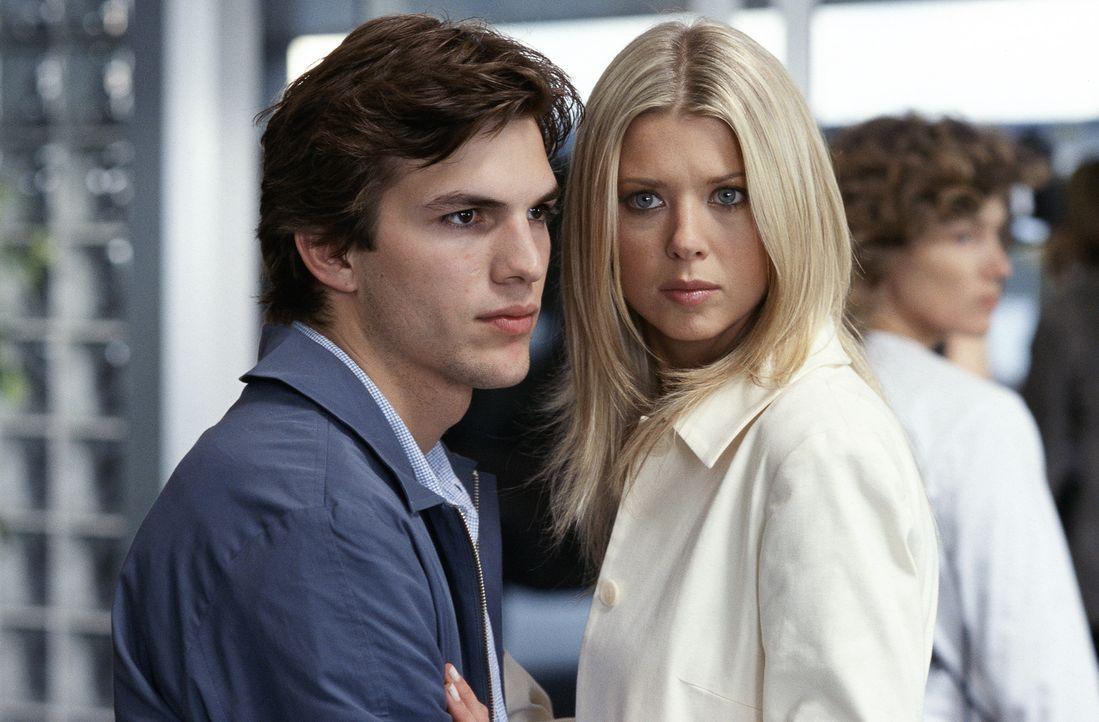 Als der schüchterne Tom (Ashton Kutcher, l.) auf Drängen seines Schwarms (Tara Reid, r.) einwilligt, auf die Villa ihres kontrollsüchtigen Vaters... - Bildquelle: Falcom Media