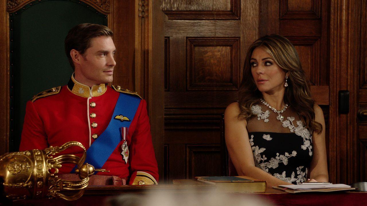 Hüten sie ein Geheimnis, um an der Macht zu bleiben? Robert (Max Brown, l.) und Helena (Elizabeth Hurley, r.) ... - Bildquelle: 2016 E! Entertainment Television, LLC