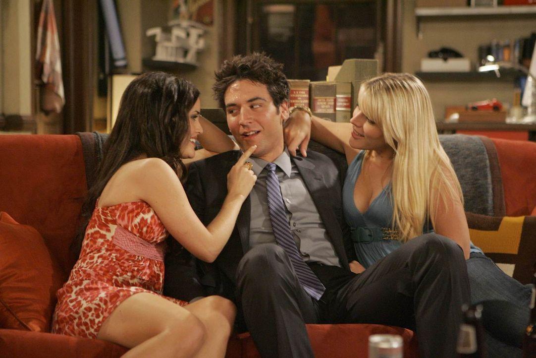 Trudy (Danica McKellar, l.) und Rachel (Busy Philipps , r.) machen Ted (Josh Radnor, M.) ein Angebot, dass dieser nicht ausschlagen kann, aber dass... - Bildquelle: 20th Century Fox International Television