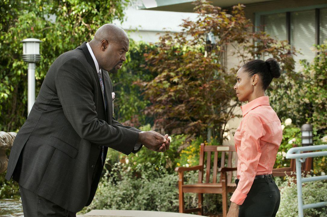 Christina Hawthorne (Jada Pinkett Smith, r.) trifft sich mit Garland Bryce (Chi McBride, l.), dem Interimsmanager des James River, der sie nicht nur... - Bildquelle: Sony Pictures Television Inc. All Rights Reserved.