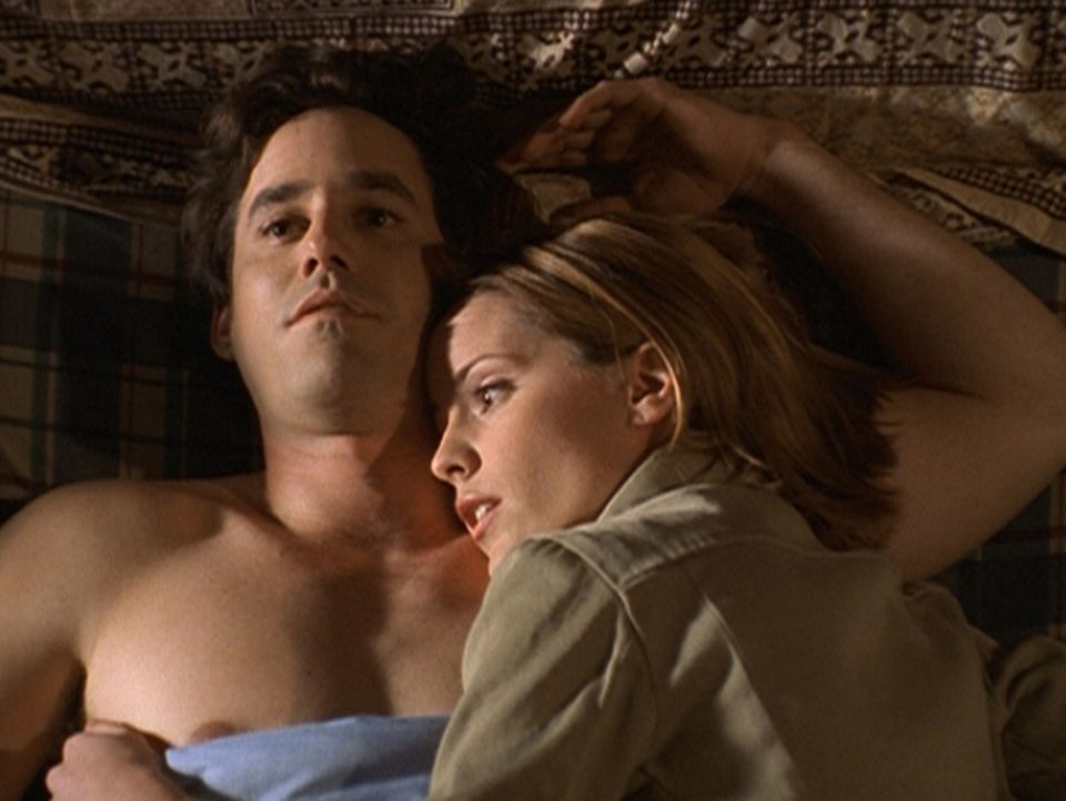 Xander (Nicholas Brendon, l.) hat Probleme, bei denen ihm nicht einmal Anya (Emma Caulfield) helfen kann. - Bildquelle: TM +   2000 Twentieth Century Fox Film Corporation. All Rights Reserved.
