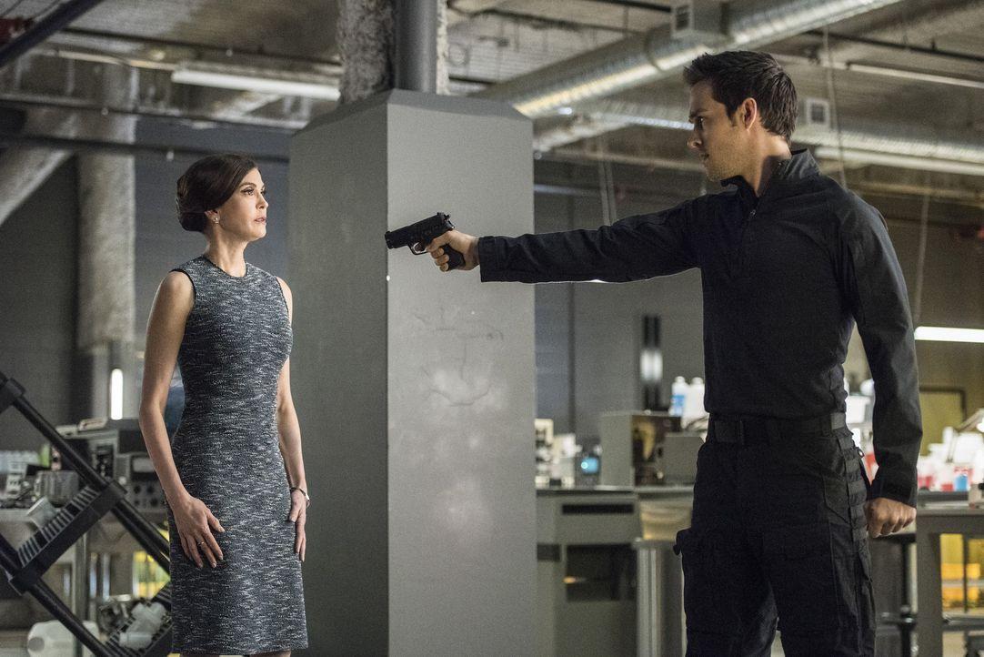 Ihr Plan bringt Rhea (Teri Hatcher, l.) in tödliche Gefahr. Sie wird von Mon-El (Chris Wood, r.) bedroht ... - Bildquelle: 2016 Warner Brothers