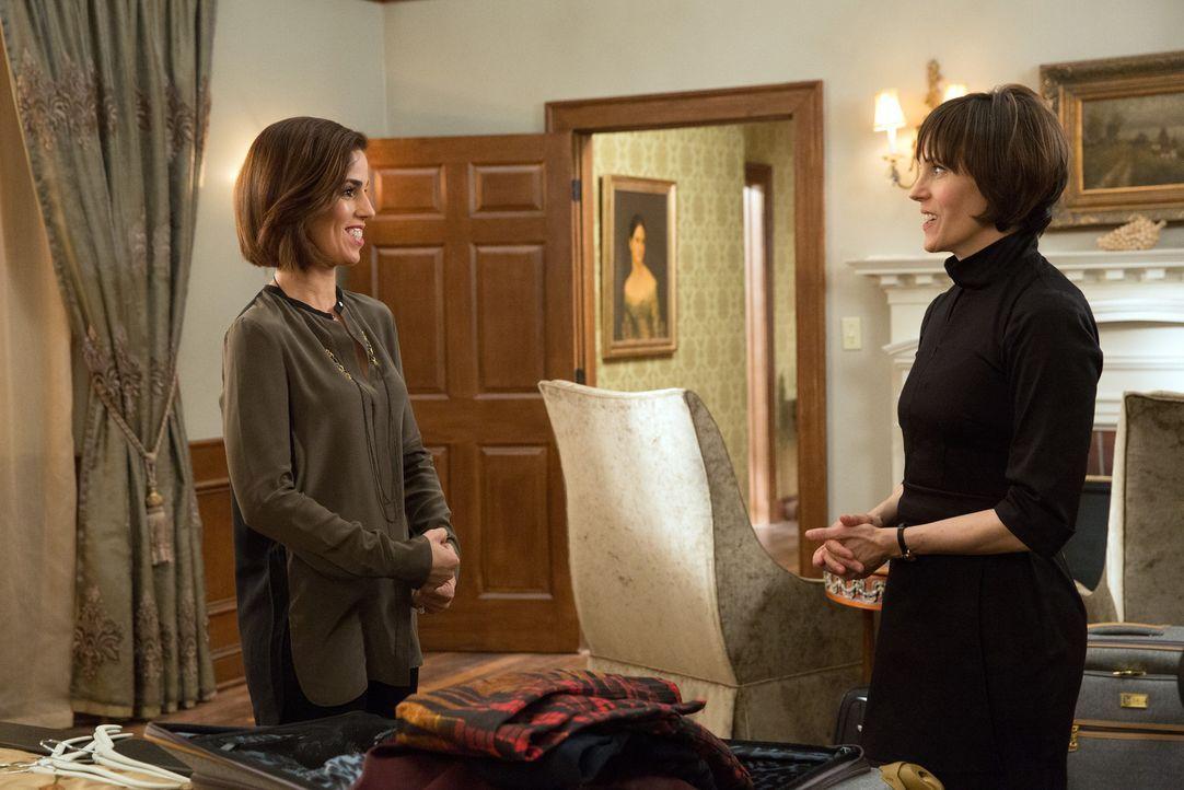 Die Haushälterin Opal Sinclair (Joanna Adler, r.) ist mit Marisol (Ana Ortiz, l.), als neue Verlobte ihres Arbeitgebers, überhaupt nicht glücklich .... - Bildquelle: 2014 ABC Studios