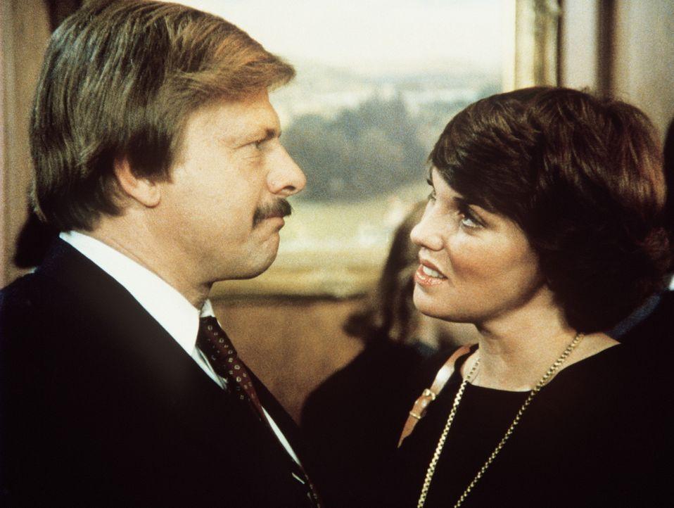 Mit seiner Frau Mary Beth (Tyne Daly, r.) ist Harvey (John Karlen) zur Beerdigung seines Arbeitskollegen gegangen. - Bildquelle: ORION PICTURES CORPORATION. ALL RIGHTS RESERVED.