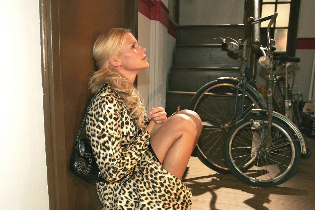 Sabrina (Nina-Friederike Gnädig) sucht verzweifelt nach Jürgen, um mit ihm über Richard zu reden. - Bildquelle: Noreen Flynn SAT.1 / Noreen Flynn