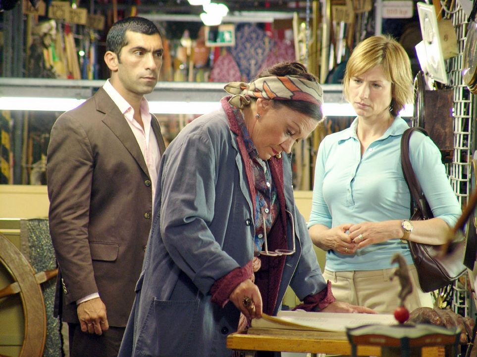 Der Filmproduzent J.J. Epstein wurde ermordet. Eva Blond (Corinna Harfouch, r.) und Alyans (Erdal Yildiz, l.) befragen Gerda aus dem Fundus (Karin N... - Bildquelle: Sat.1