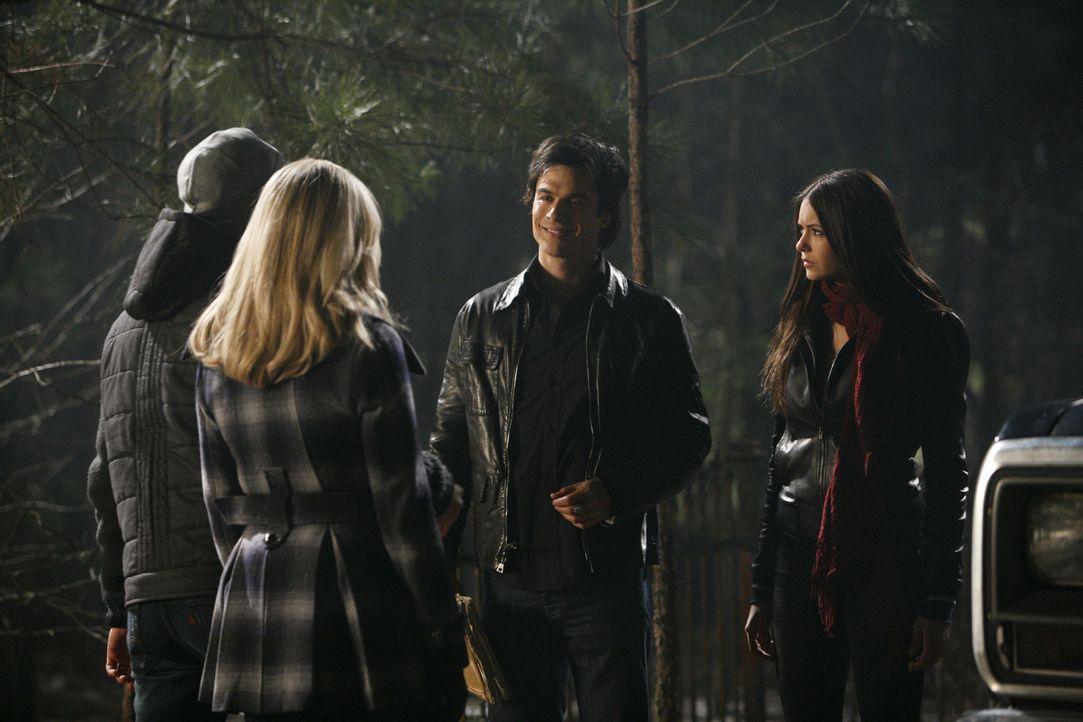 Matt (Zach Roerig, l.), Caroline (Candice Accola, 2.v.l.), Damon (Ian Somerhalder, 2.v.r.) und Elena (Nina Dobrev, r.) sind auf einer Party im Wald... - Bildquelle: Warner Bros. Television