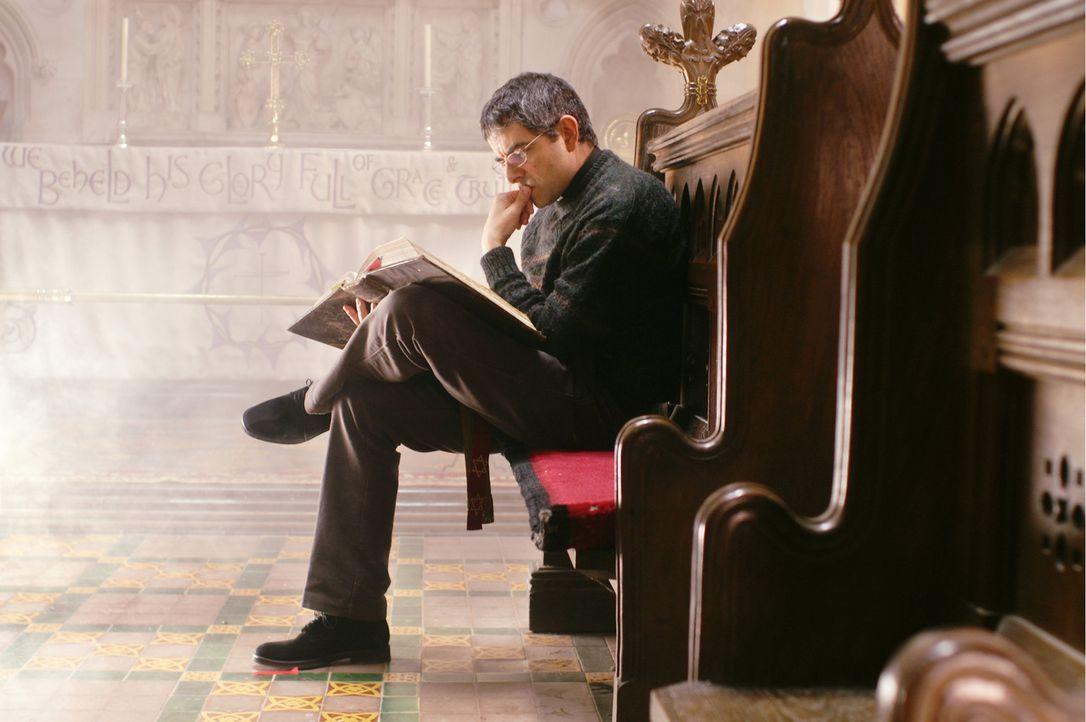 Während Reverend Walter Goodfellow (Rowan Atkinson) vollauf mit dem Schreiben einer Predigt für den Konvent beschäftigt ist, verfolgen seine Frau... - Bildquelle: Constantin Film