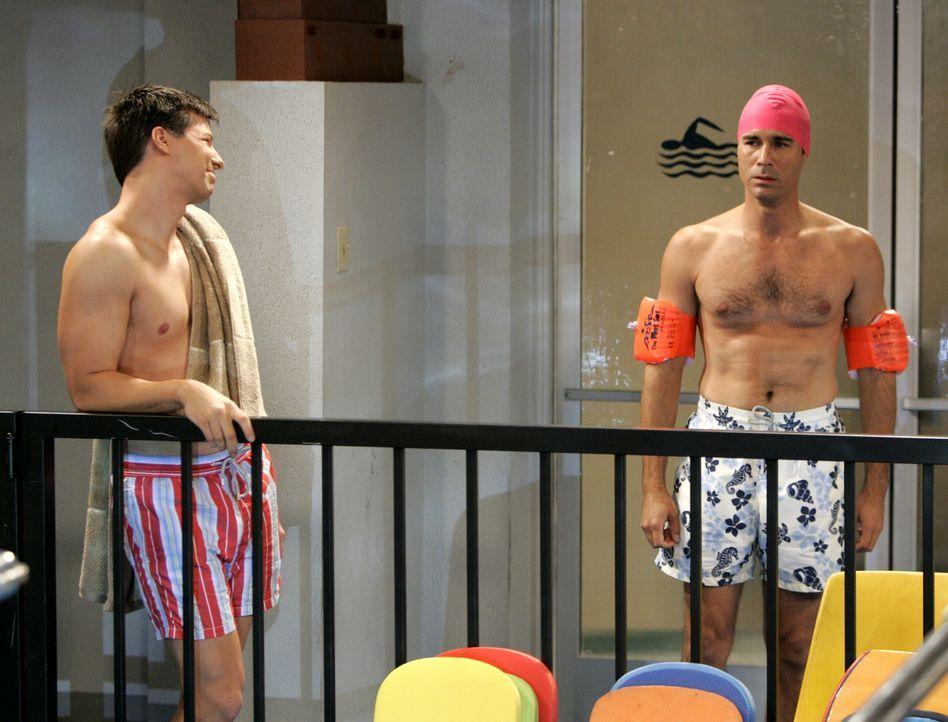 Da Will (Eric McCormack, r.) nicht schwimmen kann, erklärt sich Jack (Sean Hayes, l.) kurzerhand bereit, ihm einige Trainingsstunden zu geben. Doch... - Bildquelle: NBC Productions