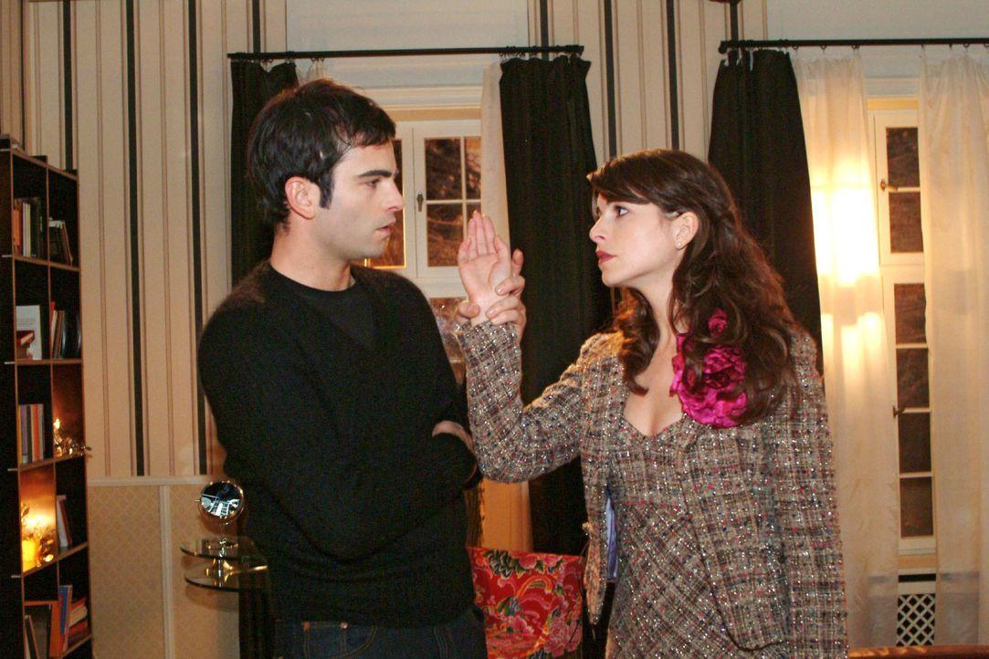 David (Mathis Künzler, l.) will nicht Mariella (Bianca Hein, r.) bemitleidet werden und entzieht sich ihrer Berührung. - Bildquelle: Monika Schürle Sat.1