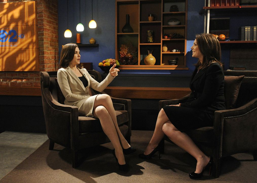 Alicia (Julianna Margulies, l.) lässt sich dazu überreden, Erica Hill (Erica Hill, r.) ein Interview zu geben. Der Schachzug hilft und Peter gewin... - Bildquelle: CBS   2011 CBS Broadcasting Inc. All Rights Reserved.