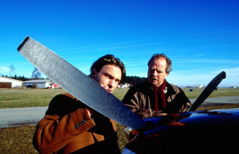 Der begeistere Flieger Michael Haenning (Thomans Kretzschmann, l.) wird von seinem Schwiegervater Stefan Struck (Friedrich von Thun, r.) zur Rede ge... - Bildquelle: Sat.1/Zinner