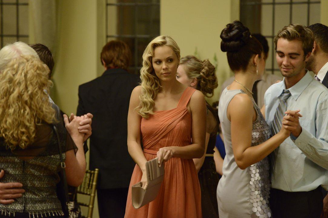 Bekommt ein Angebot, das alles verändern könnte: Elena (Laura Vandervoort, M.) ... - Bildquelle: 2014 She-Wolf Season 1 Productions Inc.