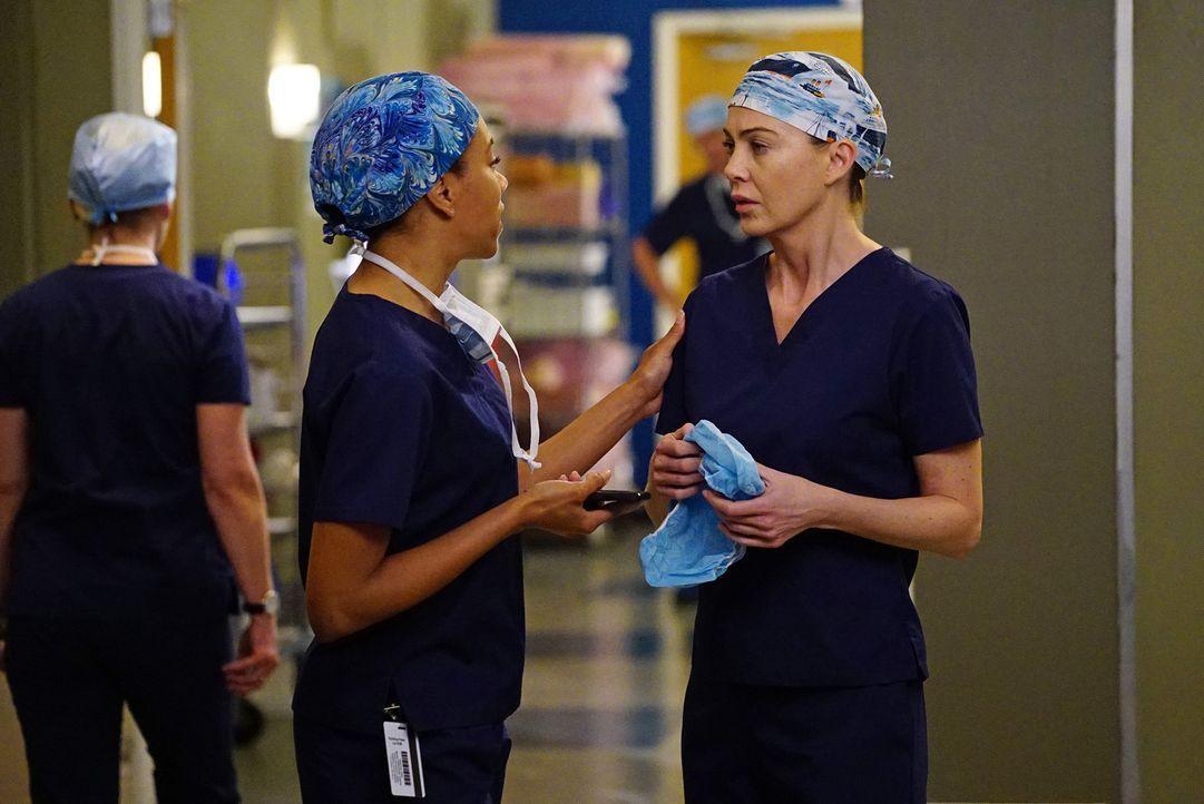 Die dramatische Operation an dem achtjährigen Jungen wühlt viele Emotionen auf: Maggie (Kelly McCreary, l.) und Meredith (Ellen Pompeo, r.) ... - Bildquelle: Richard Cartwright ABC Studios
