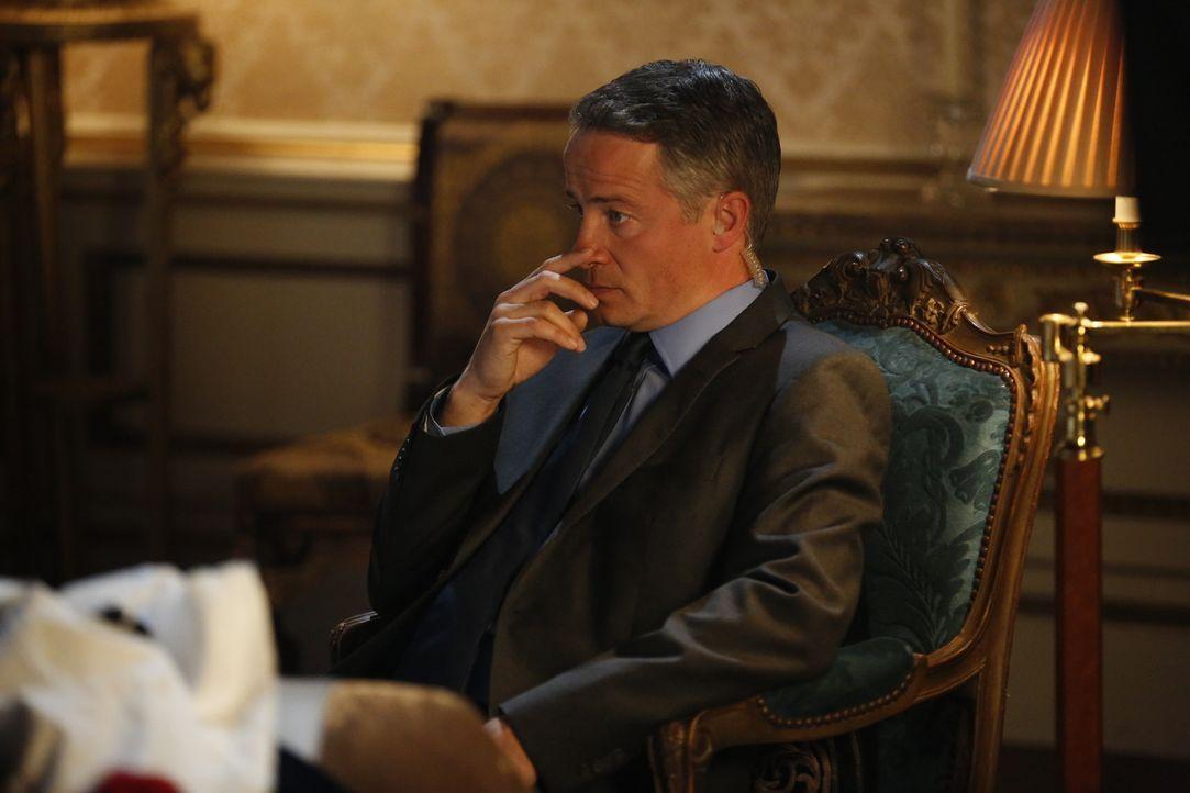 Wird Ted (Oliver Milburn) das Leben von König Simon schützen können? - Bildquelle: Tim Whitby 2014 E! Entertainment Media, LLC