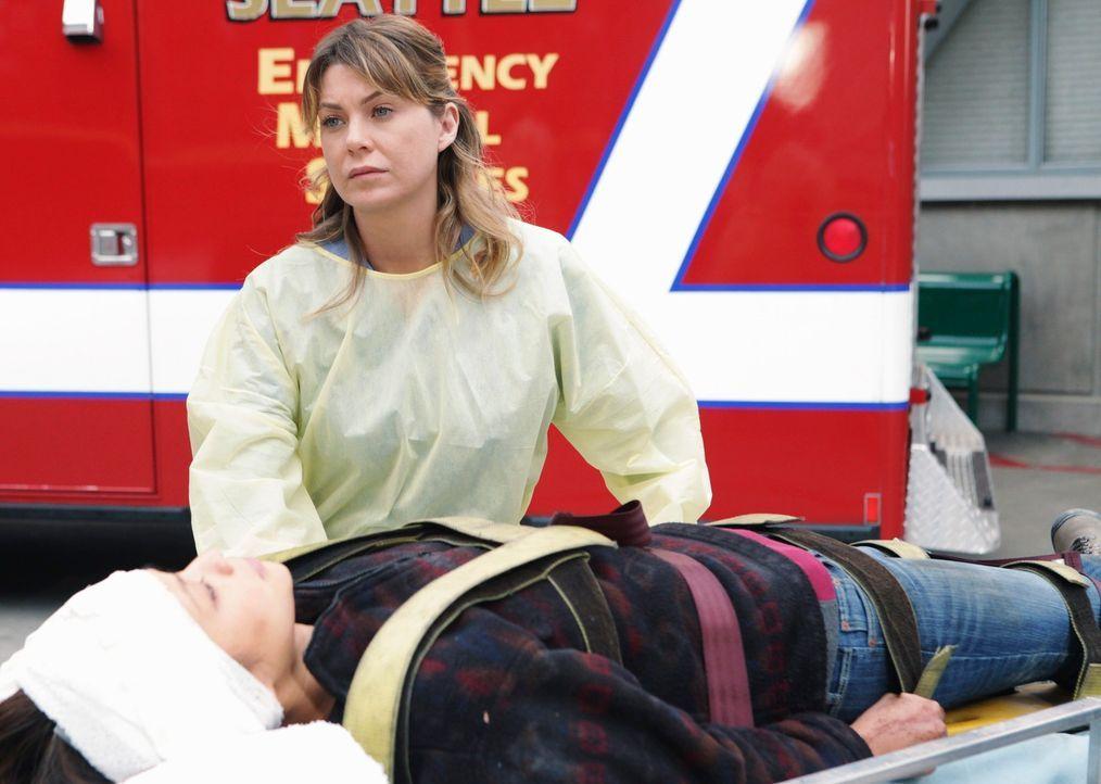 Versucht einer Patientin (Jamie Chung, liegend) das Leben zu retten: Meredith (Ellen Pompeo) ... - Bildquelle: ABC Studios