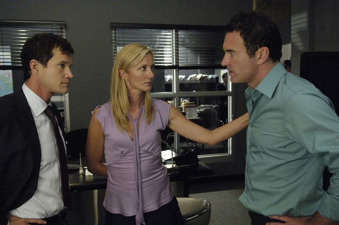 Julia (Joely Richardson, M.) und Sean (Dylan Walsh, l.) besuchen Christian (Julian McMahon, r.) im Gefängnis, doch inzwischen sind sie nicht mehr v... - Bildquelle: TM and   2005 Warner Bros. Entertainment Inc. All Rights Reserved.