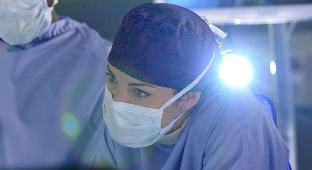 Um das Leben eines Jungen zu retten, entscheidet sich Alex (Erica Durance) dazu eine Operation durchzuführen, die eigentlich keinen Erfolg versprich... - Bildquelle: 2013  Hope Zee Two Inc.