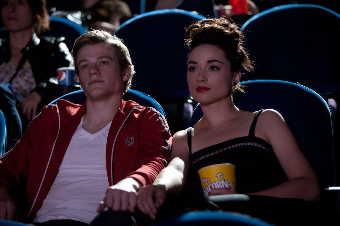 Für Bess (Crystal Reed, r.) wird ein Traum wahr: Highschool-Schwarm Scott (Lucas Till, l.) geht mit ihr ins Kino. Nicht ahnend, dass damit ein mörde... - Bildquelle: Squareone/Universum