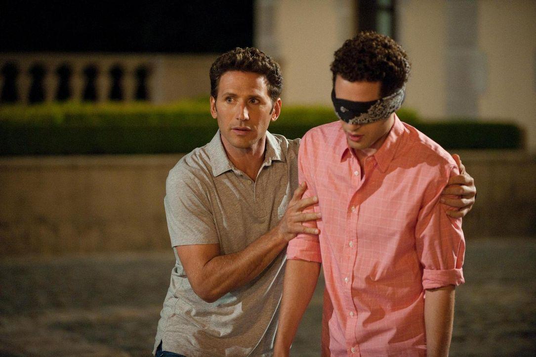 Hank (Mark Feuerstein, l.) hat eine ganz besondere Überraschung für seinen Bruder Evan R. Lawson (Paulo Costanzo, r.) ... - Bildquelle: Universal Studios