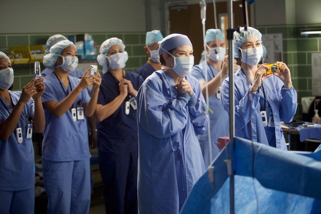 Das Ärzteteam beobachtet Webber bei seiner 10.000 Operation ... - Bildquelle: ABC Studios