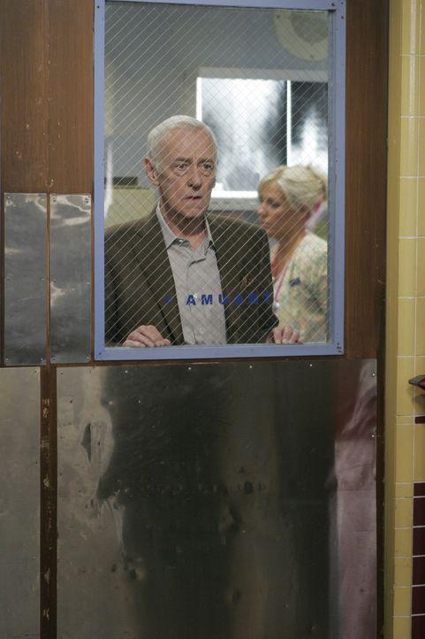Will, dass alles getan wird um seinen Freund Jimmy zu retten: Bennett Cray (John Mahoney) ... - Bildquelle: Warner Bros. Television