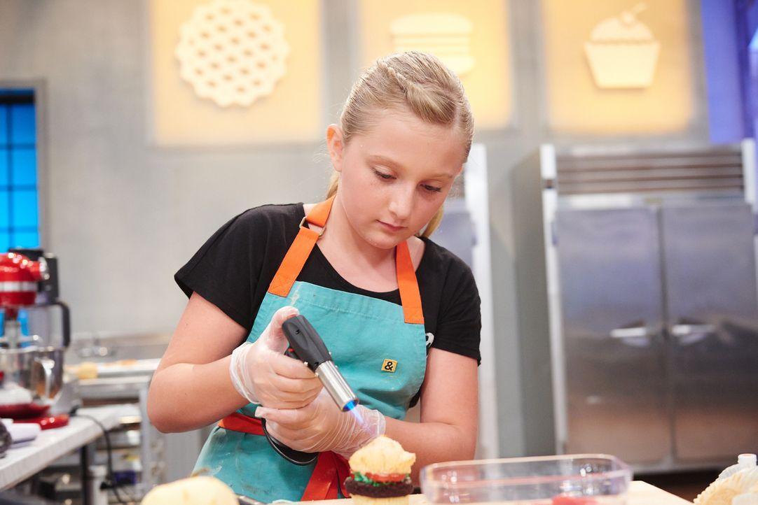 Alle lieben einen guten Burger, aber wie wird die Jury auf Natalies Kuchen-Burger reagieren? - Bildquelle: Eddy Chen 2014, Television Food Network, G.P. All Rights Reserved
