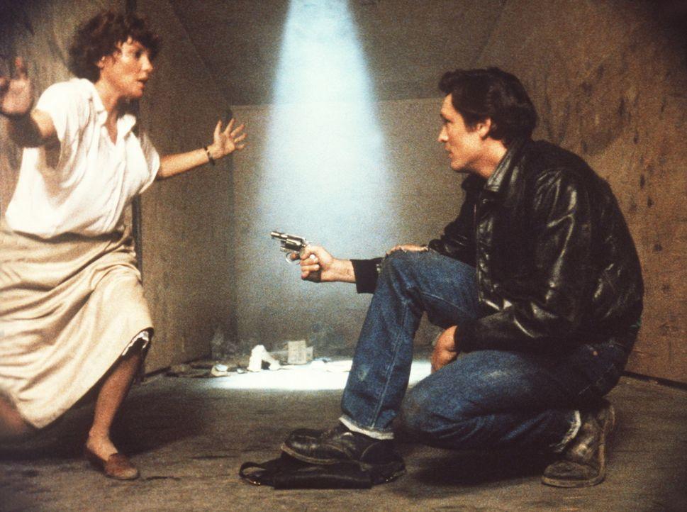 In der glühenden Hitze drohen dem Geiselnehmer Boyd (Michael Madsen, r.) die Nerven durchzugehen. Lacey (Tyne Daly, l.) versucht, ihn wieder zu ber... - Bildquelle: ORION PICTURES CORPORATION. ALL RIGHTS RESERVED.