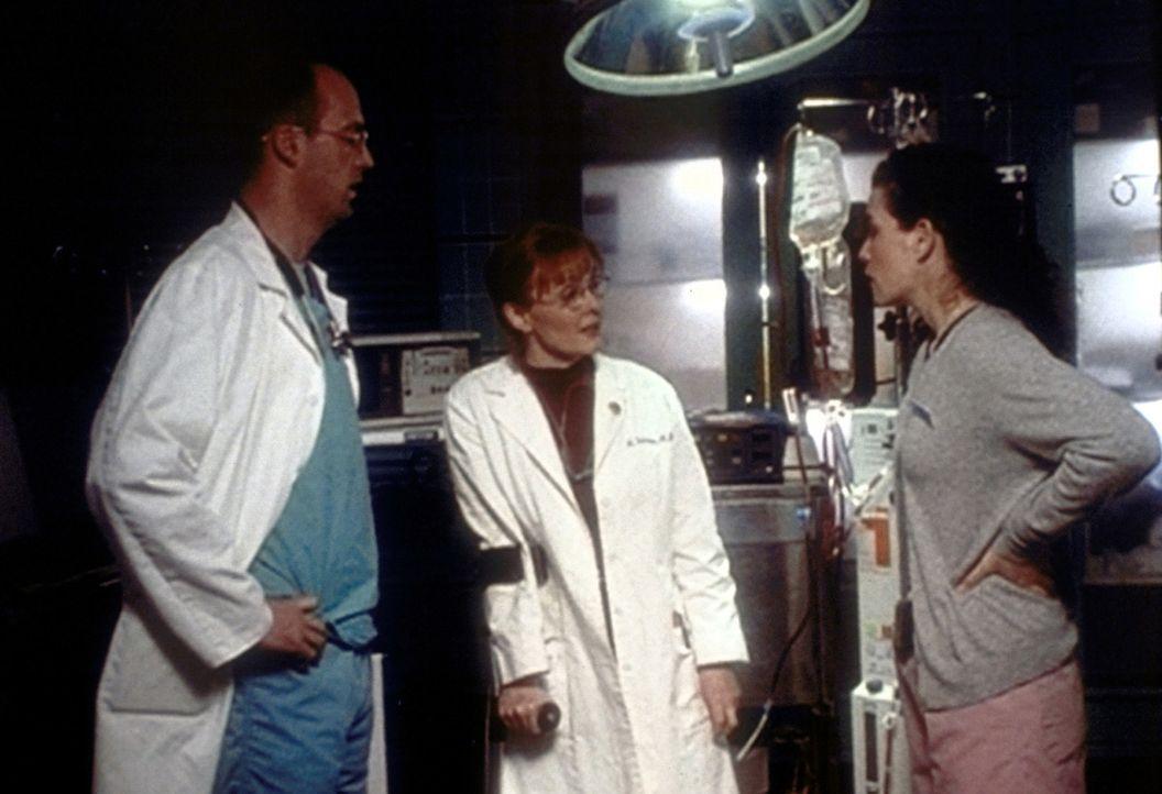 Durch eine Unachtsamkeit verabreicht Carol Hathaway (Julianna Margulies, r.) einem Patienten Blut einer falschen Blutgruppe. Auch Greene (Anthony Ed... - Bildquelle: TM+  2000 WARNER BROS.