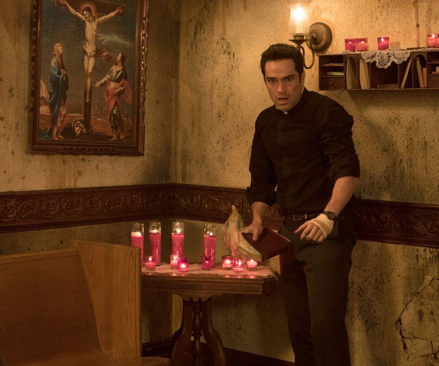 Findet Pater Tomas (Alfonso Herrera) noch rechtzeitig einen Weg, um Casey zu retten, bevor das Böse vollkommen die Überhand gewinnt? - Bildquelle: 2016 Fox and its related entities.  All rights reserved.