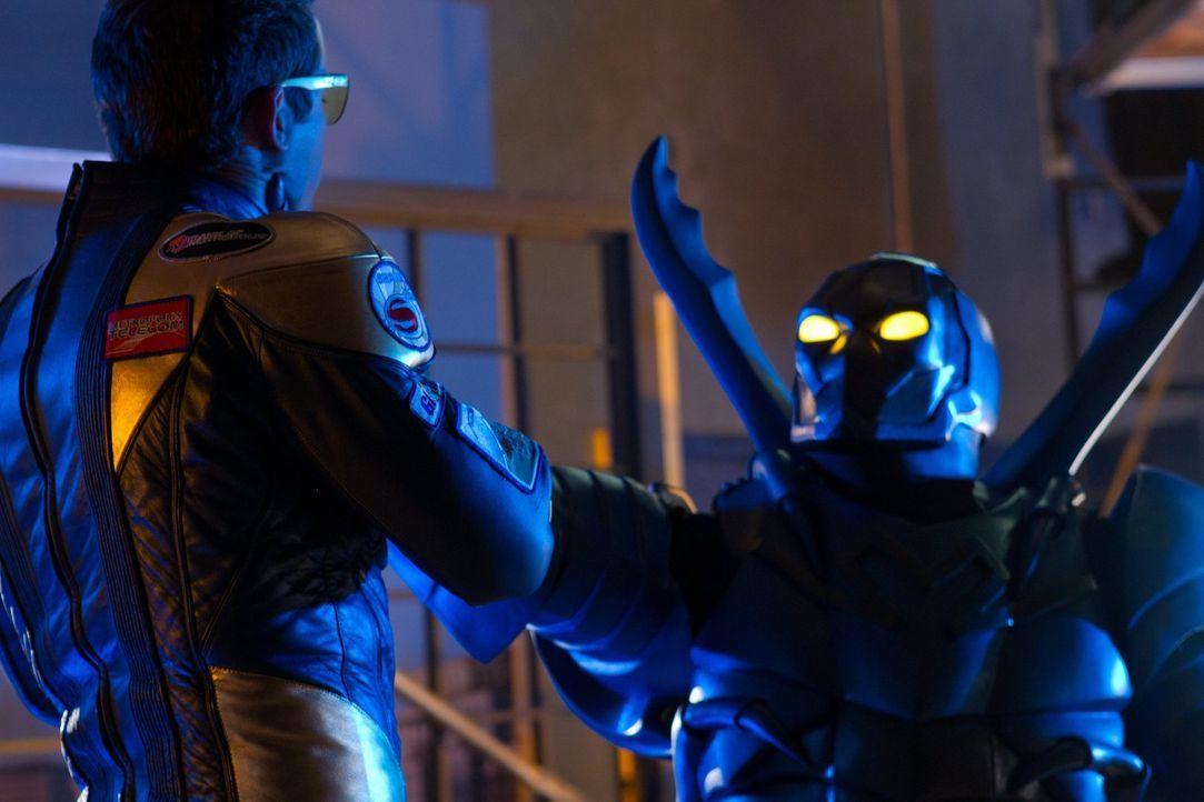 Zwischen dem neu erschaffenen Superbösewicht Blue Beetle und Booster Gold (Eric Martsolf) entsteht ein Kampf auf Leben und Tod ... - Bildquelle: Warner Bros.