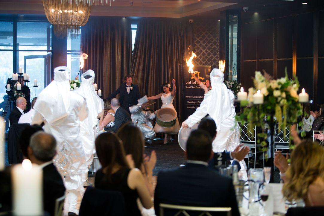 Kulturschock für Simon (hinten, l.)? Zu Alenes (hinten, r.) Erstaunen lässt er sich sofort von den Rhythmen des traditionellen Tanzes mitreißen ... - Bildquelle: ENDEMOLSHINE AUSTRALIA AND CHANNEL NINE