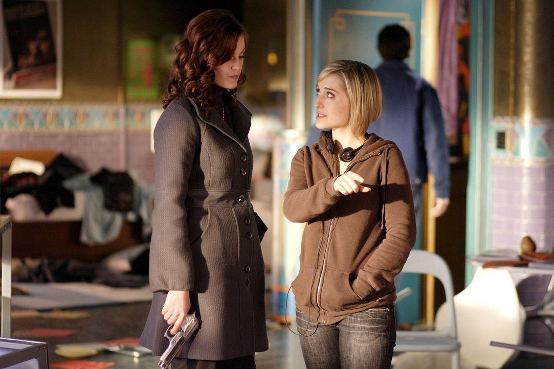 Während Chloe (Allison Mack, r.) weitere Nachforschungen über Lana anstellt, macht Tess (Cassidy Freeman, l.) in Lex' Firma eine furchtbare Entdecku... - Bildquelle: Warner Bros.