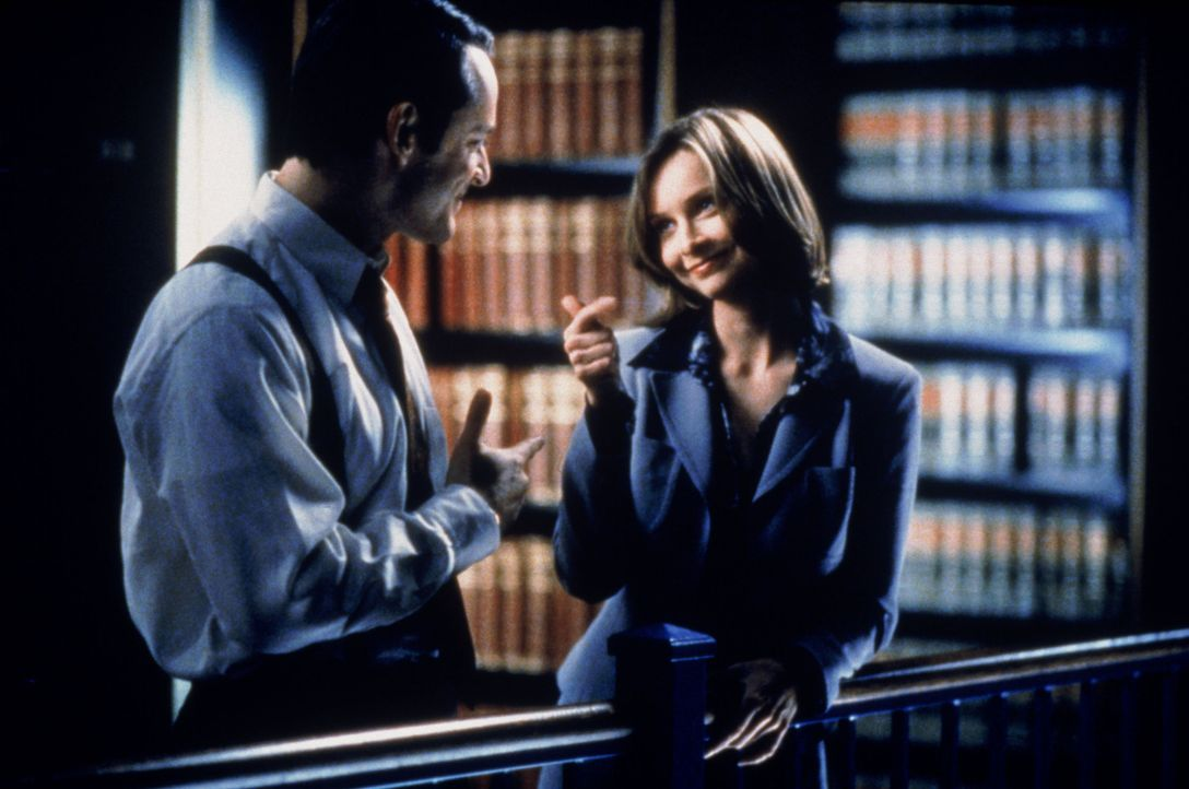 Die Gefühle von Ally (Calista Flockhart, r.) geraten wieder völlig durcheinander, weil Billy (Gil Bellows, l.) ihr in einer ruhigen Minute gesteht,... - Bildquelle: Twentieth Century Fox Film Corporation. All rights reserved.