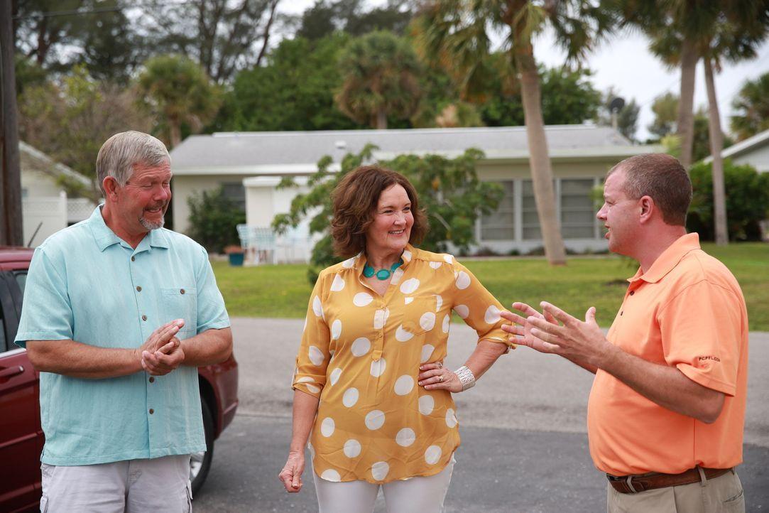 Immobilienmakler Jim Benson (r.) präsentiert dem Lehrerpaar Jim (l.) und Lisa (r.) vier potenzielle Strandhäuser. Wird das passende dabei sein? - Bildquelle: 2014,HGTV/Scripps Networks, LLC. All Rights Reserved