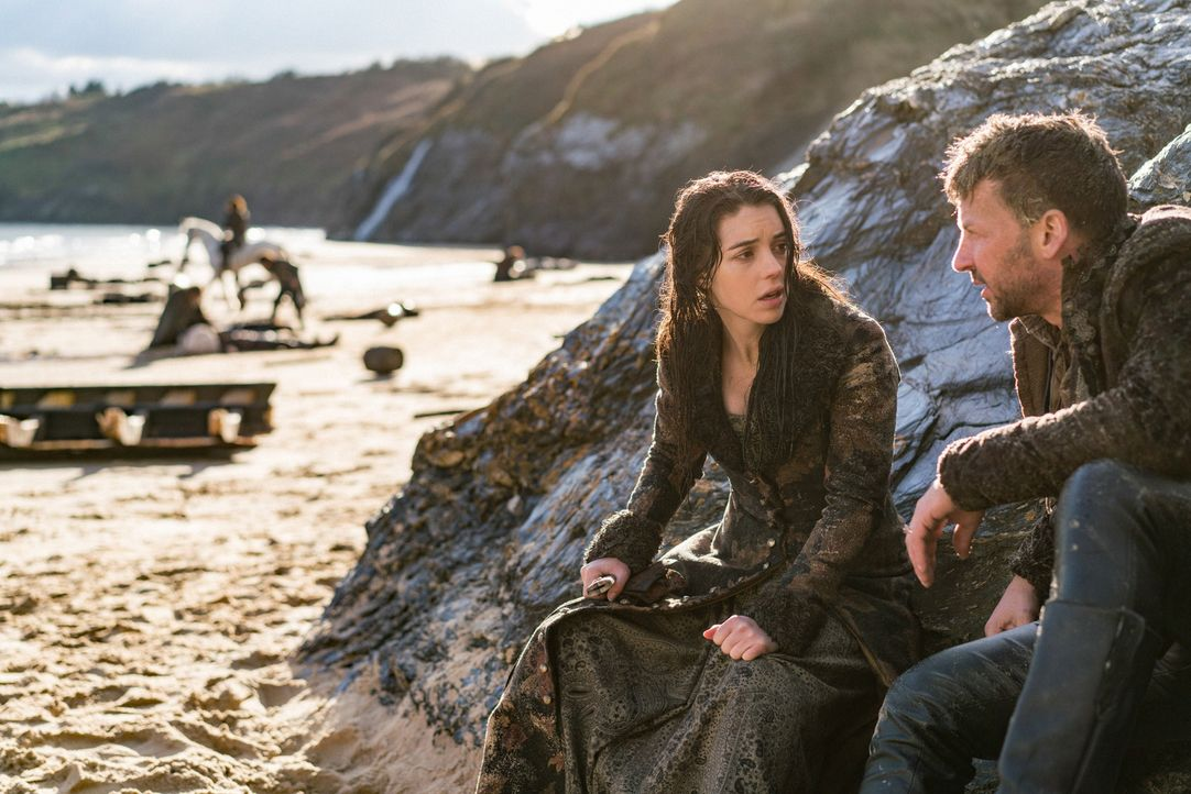 Nachdem Mary (Adelaide Kane, l.) zwischen den Wrackteilen ihres Schiffes am schottischen Strand zu Bewusstsein gekommen ist, übermittelt ihr Narciss... - Bildquelle: Bernard Walsh 2016 The CW Network, LLC. All rights reserved.