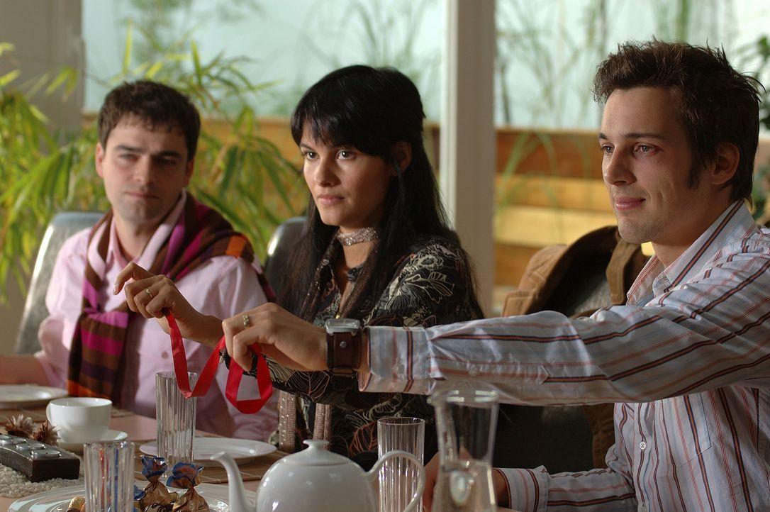 Die Verlobungsfeier von Götz (Florian David Fitz, r.) und der Türkin Aylin (Mandala Tayde, M.) endet in einem Fiasko ... - Bildquelle: ProSieben