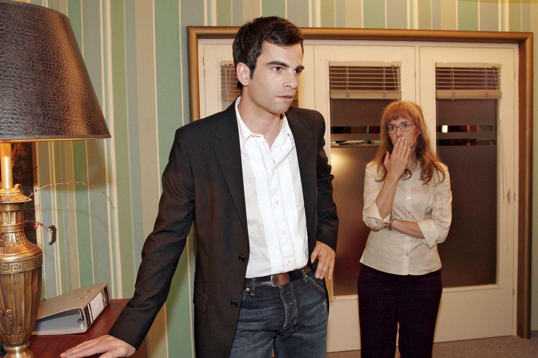 Lisa (Alexandra Neldel, r.) ist verunsichert und will nicht glauben, dass David (Mathis Künzler, l.) überlegt, ein lukratives Angebot von Viktor a... - Bildquelle: Sat.1
