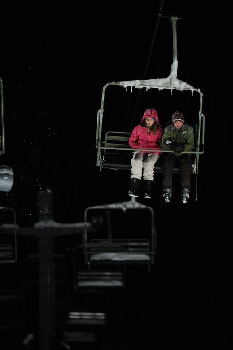 Müssen mitansehen, wie ihr Freund Dan von Wölfen getötet wird: Joe (Shawn Ashmore, r.) und Parker (Emma Bell, l.) ... - Bildquelle: Fred Hayes Frostbite Features, Inc. / Fred Hayes